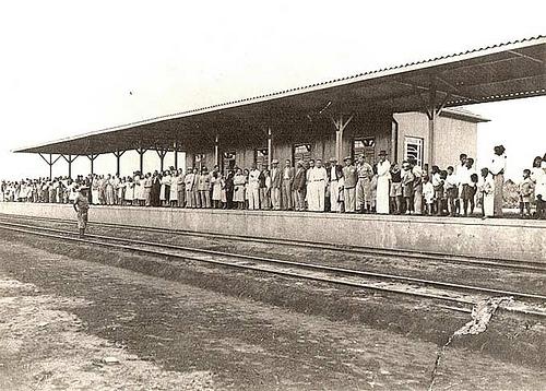 Estação de Trem com Pessoas