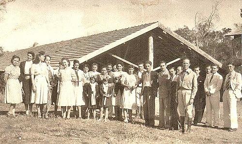 Grupo em frente a um galpão
