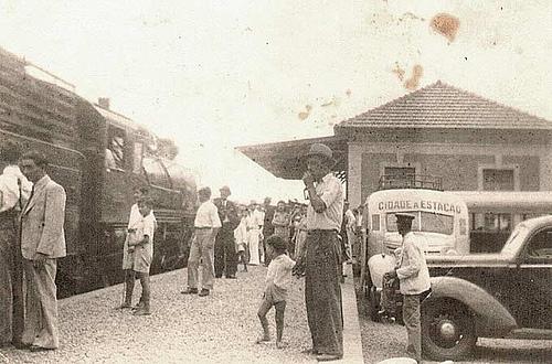 Pessoas na Estação com Trem