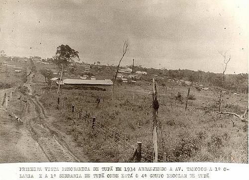 Primeira vista panoramica de tupã em 1934 abranjendo a av. tamoios a 1° olaria e a 1° serraria de tupã onde está o 4° grupo escolar de tupã
